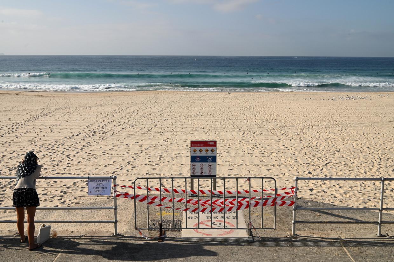 Het gesloten Bondi Beach in Australië. De stranden zijn gesloten na het weekend van 20 maart, waarop veel Australiërs naar het strand gingen ondanks de beperkende maatregelen van de regering.