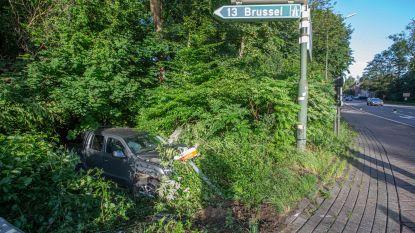 Achtervolging op R0 eindigt met crash in Huizingen: klopjacht op minstens één verdachte