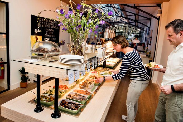 Klanten bij LOFF maken gebruik van het buffet in de zaak