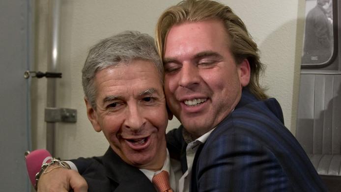 Rutger Castricum (rechts) knuffelt Ronald Plasterk.