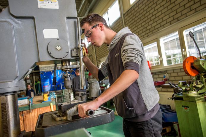 Jarno Bogers aan het werk in de praktijkles bij MET Praktijkonderwijs Waalwijk.
