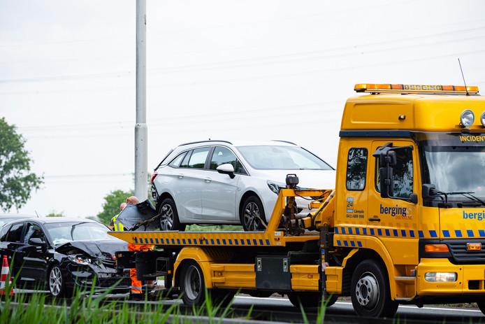 De betrokken auto's van het ongeluk op de A58 worden weggesleept.