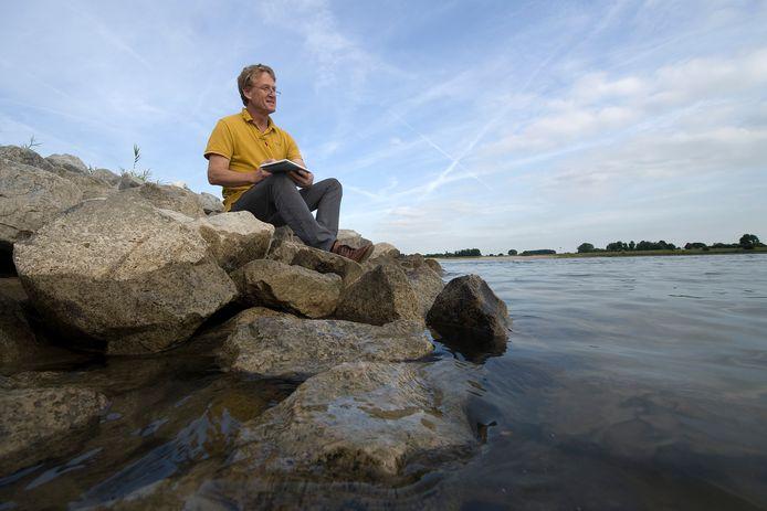 Kunstenaar Dik Kusters aan het werk bij zijn muze: de Waal