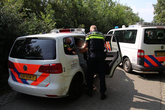 De arrestanten zijn naar het politiebureau gebracht.
