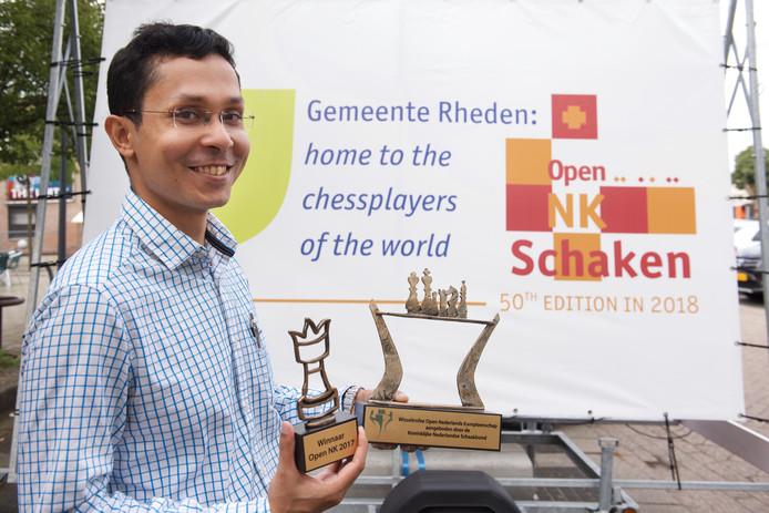 Chanda Sandipan, winnaar van het Open NK schaken met trofee.