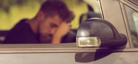Man (29) strandt met gestolen auto uit Vlijmen in greppel A15, twee andere verdachten nog vast