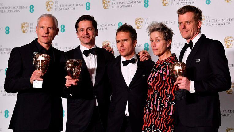 Regisseur Martin McDonagh, producent Peter Czernin, acteur Sam Rockwell, actrice Frances McDormand en producent Graham Broadbent na het winnen van de Bafta voor de beste film. Beeld afp
