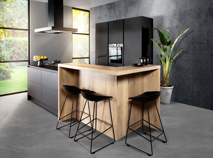 De zwarte keuken, soms in combinatie met hout. Een op de drie keukens heeft een zwarte boventoon.