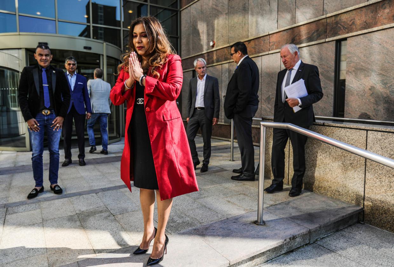 First lady Santokhi leek behoorlijk onder de indruk van het Diemense charmebombardement.  Beeld Eva Plevier
