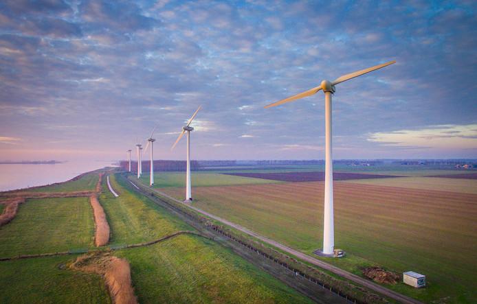 Windmolens langs het Haringvliet bij Numansdorp. Deze 7 windturbines worden vervangen door 5 hogere.