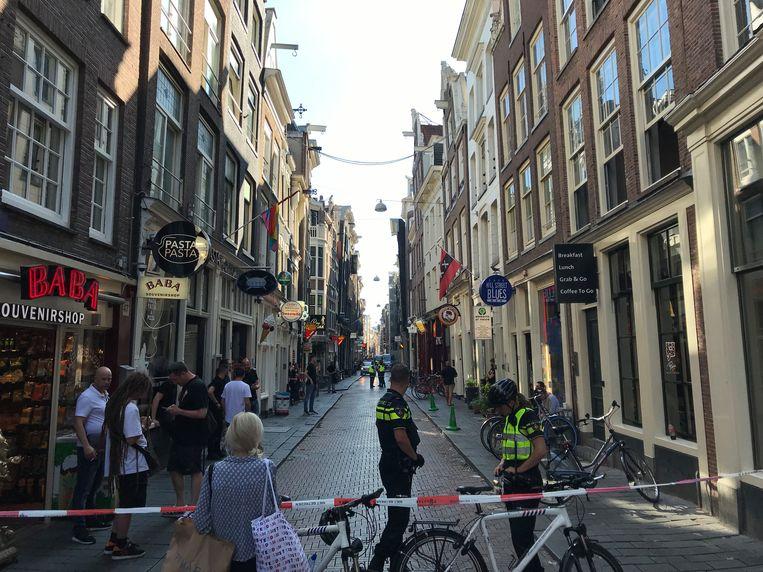 De politie doet onderzoek na de fatale steekpartij in de Warmoesstraat.  Beeld Anna Ranzijn