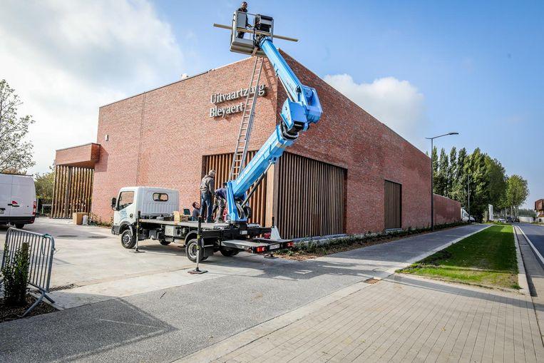 Het nieuwe gebouw van uitvaartzorg Bleyaert aan de Kalvekeetdijk.