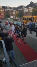 De cast van 'Emma' snelde de eerste keer over de rode loper. Gelukkig was er een tweede kans.