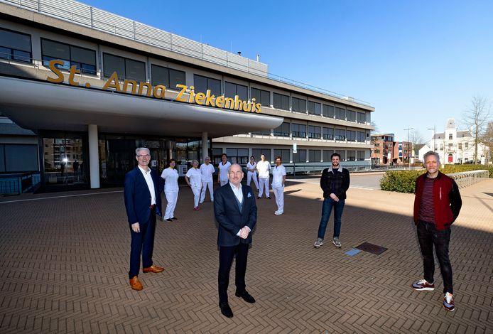 Vlnr  Adri Geerts (voorzitter Villagemarketing),  Luc van den Akker (voorzitter Raad van Bestuur St. Anna Zorggroep), Robin Boom (Villagemarketing) en Niels Kersten (Wakkr). Op de achtergrond enkele 'Anna-helden'.