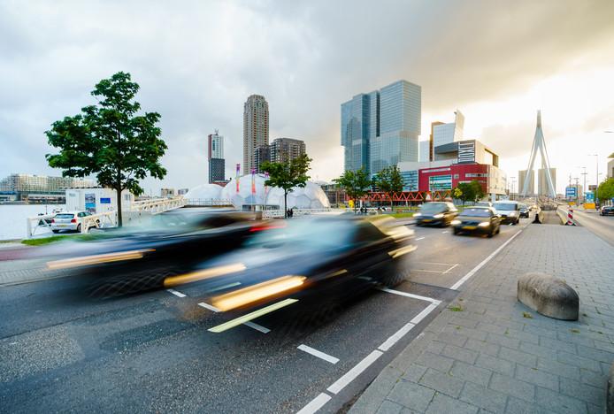 Verkeer op de Posthumalaan in Rotterdam. FOTO MARCO DE SWART