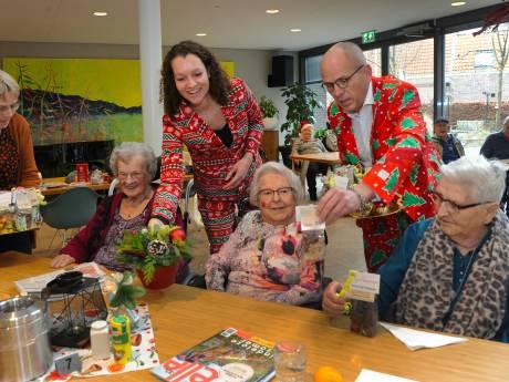 Bloemstukjes en chocolade brengen nog meer kerststemming in verpleeghuis