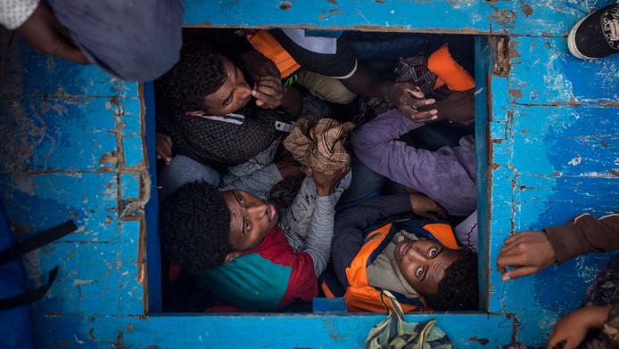 Eritrese vluchtelingen samengepakt in het ruim van een boot.