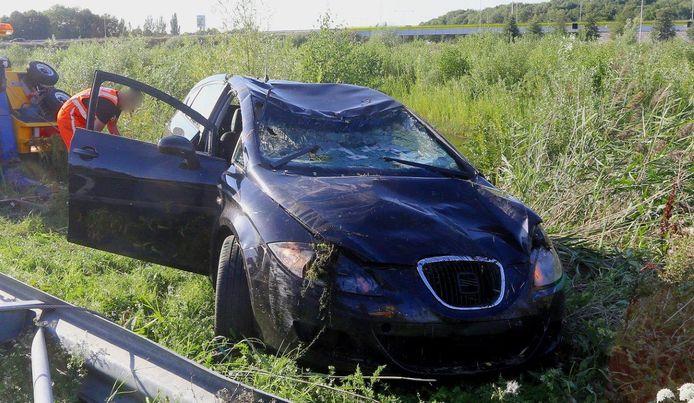 De auto belandde in het water naast de snelweg bij Empel.