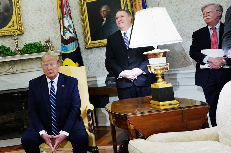 Tijdens president Trumps ontmoeting met Kim Jong-un in 2018 schoof minister van Buitenlandse Zaken Mike Pompeo (m) een briefje naar Bolton (r), met de tekst 'He is so full of shit'. Hier wonen de drie een vergadering in het Witte Huis bij. Beeld AFP