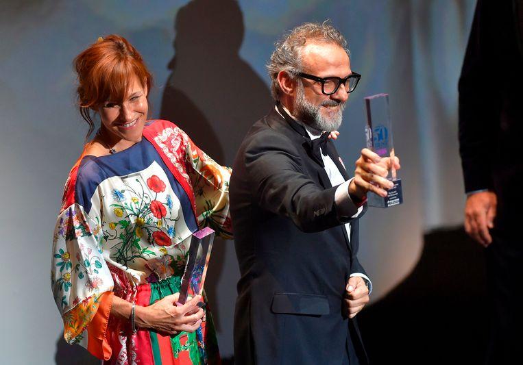 De Italiaanse chef Massimo Bottura neemt de award voor zijn restaurant Osteria Francescana in ontvangst. Beeld AFP