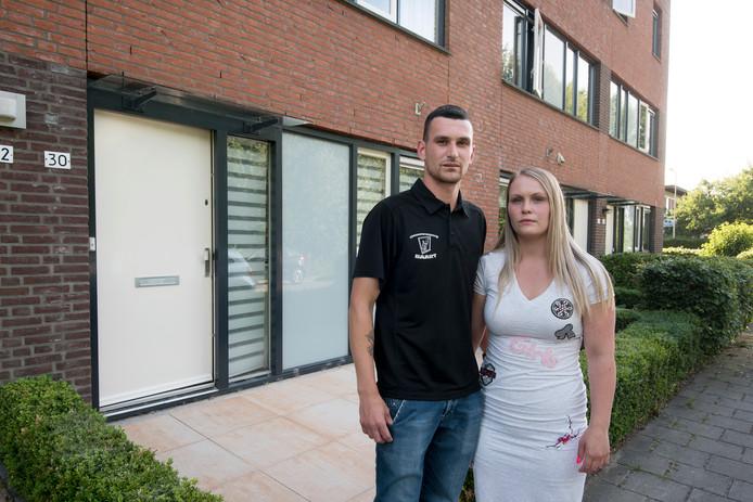 Patrick Jr. Baart en Mascha van Heerd voor hun woning in Arnhem.