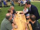 Een goochelaar vermaakt het publiek tijdens de familiemiddag van het Moers Pinksterweekend in De Moer