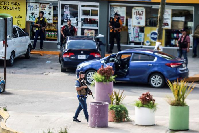 Gewapende bendeleden op straat na de arrestatie van Ovidio Guzmán, zoon van El Chapo.