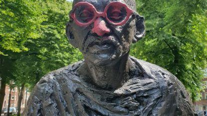 Beeld van Mahatma Gandhi in Amsterdam beklad met rode verf