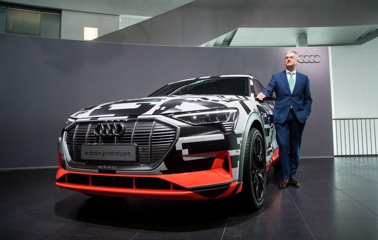 Rupert Stadler, ceo van Audi, naast de nieuwe e-tron.