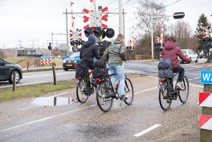 De spoorwegovergang op de Hessenweg (N340) bij Zwolle wordt vervangen door een fietstunnel voor de parallelweg die wordt omgebouwd tot fietssnelweg. Op de achtergrond het nieuwe spoorviaduct voor de N340.