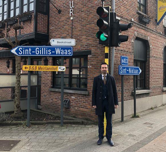 Vlaams parlementslid Koen Daniëls aan de N403 in Sint-Pauwels. Voor de heraanleg van de gewestweg moeten er 68 onteigeningen gebeuren.