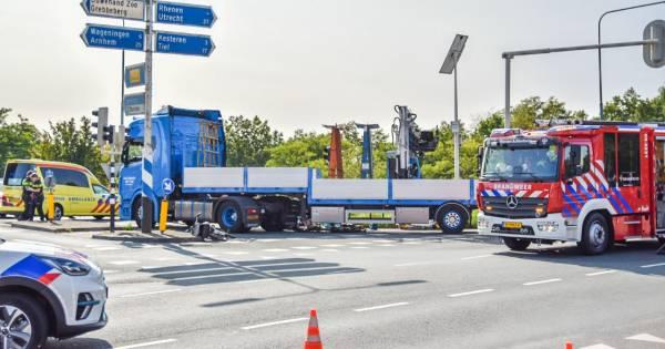 Hulpdiensten en traumaheli met spoed naar ongeval in Rhenen: fietser komt onder vrachtwagen terecht.