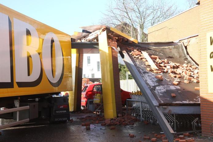 De achteringang van het Jumbo-filiaal in Deurne raakte zwaar beschadigd.