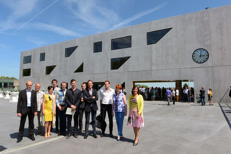 Het bouwteam tijdens de inhuldiging van het nieuwe gebouw in de Wijnpers.