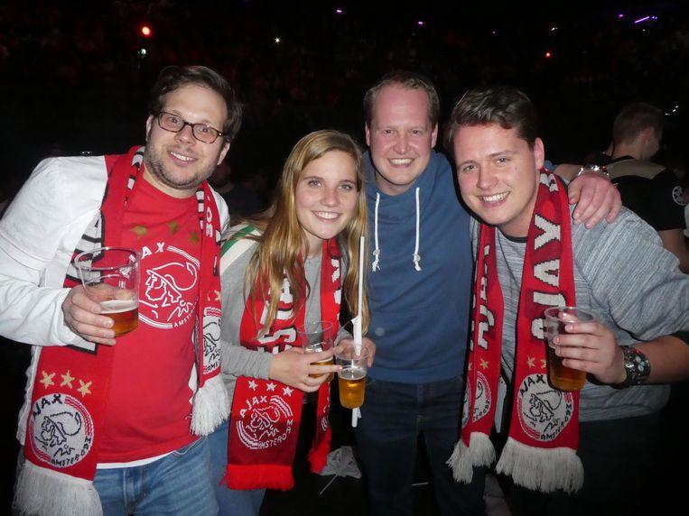 Ook tijdens de rust: supporters Paul Savalle (1-0), Maaike Mouissie (2-1, 'voor Ajax'), Daan Kramer (1-1, de enige pessimist hier) en Ruben Kramer (2-1) Beeld Schuim