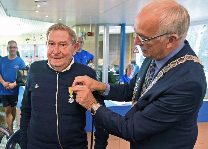 Burgemeester Jan-Frans Mulder spelde Jozef Goossens de koninklijke onderscheiding op.