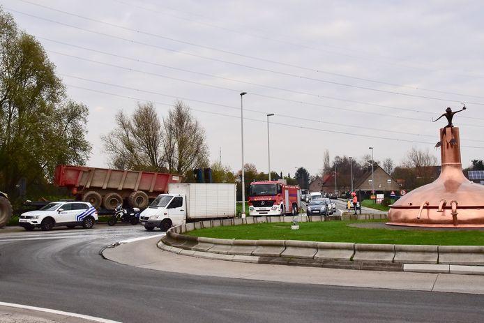 De gestrande tractor met dieplader veroorzaakte geen hinder aan de rotonde van de koperen ketel, het oliespoor des te meer.