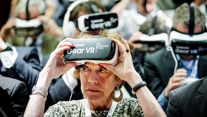Startup-ambassadeur Neelie Kroes probeert een virtual-reality bril op haar eigen StartUp Fest in Amsterdam