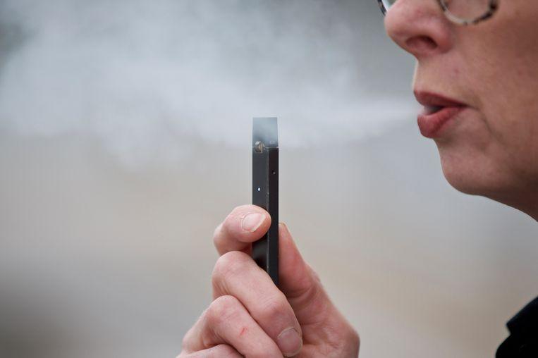 Een Amerikaanse vrouw rookt een e-sigaret.  Beeld AP