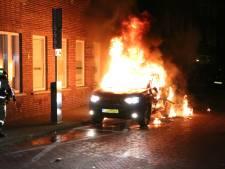 Elektrische auto in brand gestoken op de Lunterenstraat in Den Haag