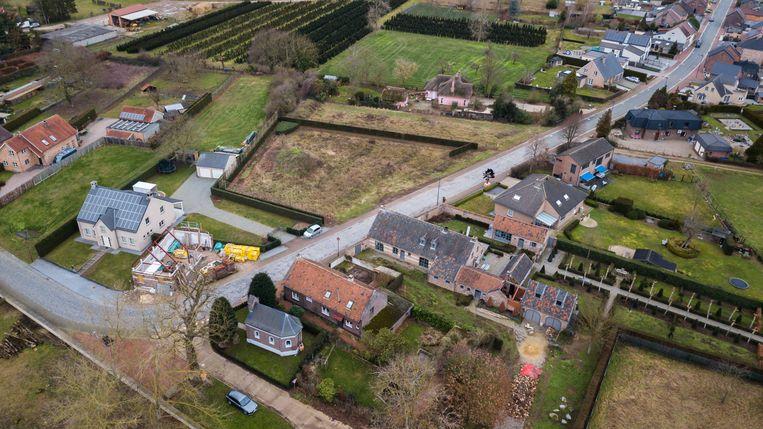 Onderaan het fietsroutenetwerk met kapelletje. Centraal loopt de Steenakkerstraat, waar aan de bovenzijde maar liefst 12 woningen zouden bijkomen als de vergunning wordt gegeven.