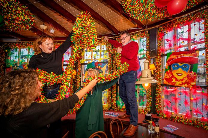 Jolanda van Amerom (linksboven) versiert met enkele anderen café Anneke in Wijchen.