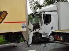 Vrachtwagenchauffeur gewond na botsing op N350 bij Wierden