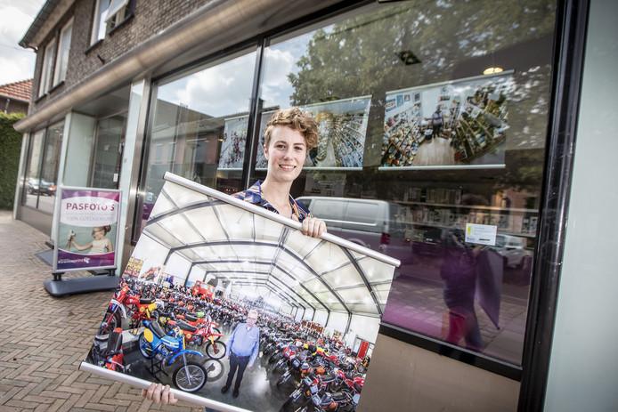 Fotografe Anne Eerdman uit Reutum deed mee aan de eerste ronde van de Pop up galerie BLINK skitter*nde kunst in Tubbergen, waarbij kunstwerken in etalages en winkelruimtes van ondernemers staan/hangen.