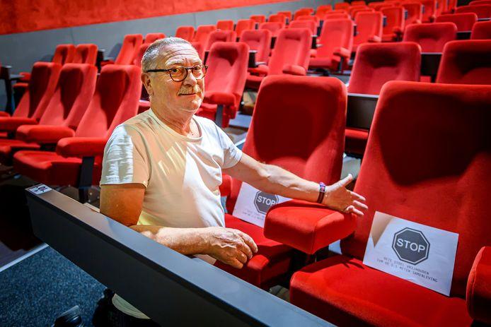 """Bioscoopeigenaar Carlo Lambregts plakt stoelen af bij Cinema Kiek in de Pot, in Bergen op Zoom. ,,Wij werken met het schaakbordprincipe: de plekken voor, achter en naast de beschikbare stoelen zijn steeds afgeschermd."""""""