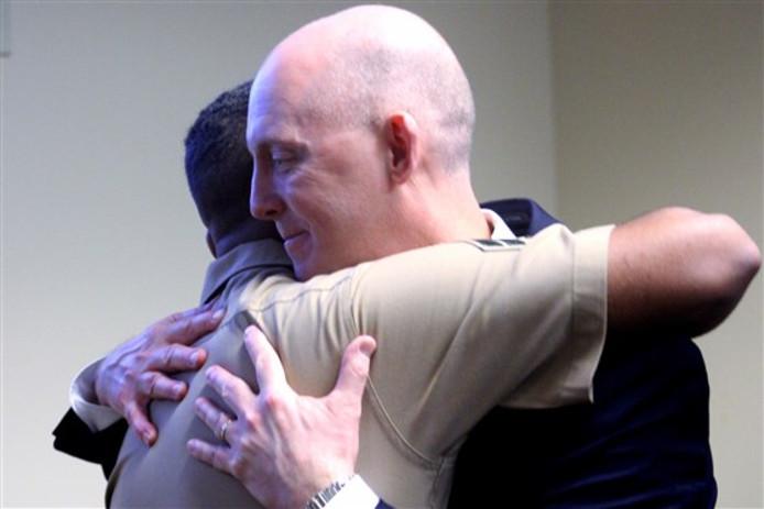 Troy Sowers (rechts) omhelst de 22-jarige Stewart Rembert die hij als baby had gered na een ontvoering uit het ziekenhuis