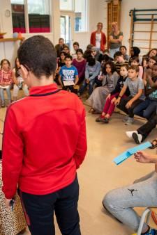 Zonnige Dieuwertje Blok leest voor op De Fontein in Breda