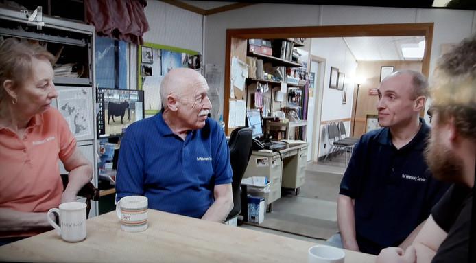 Marten van den Boomgaard (rechts) aan tafel naast dokter Jan Pol (tweede van links)tijdens de laatste uitzending van 'In de voetsporen van dokter Pol'.
