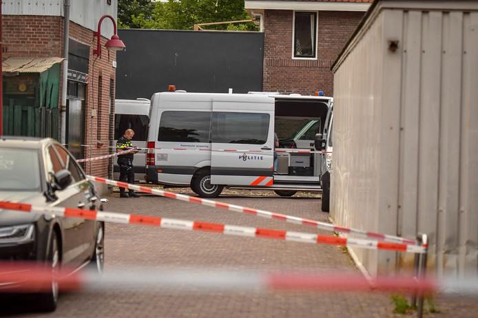 Een team van rechercheurs doet, onder leiding van een officier van justitie, onderzoek naar het overlijden van een Poolse man. Archiefbeeld.