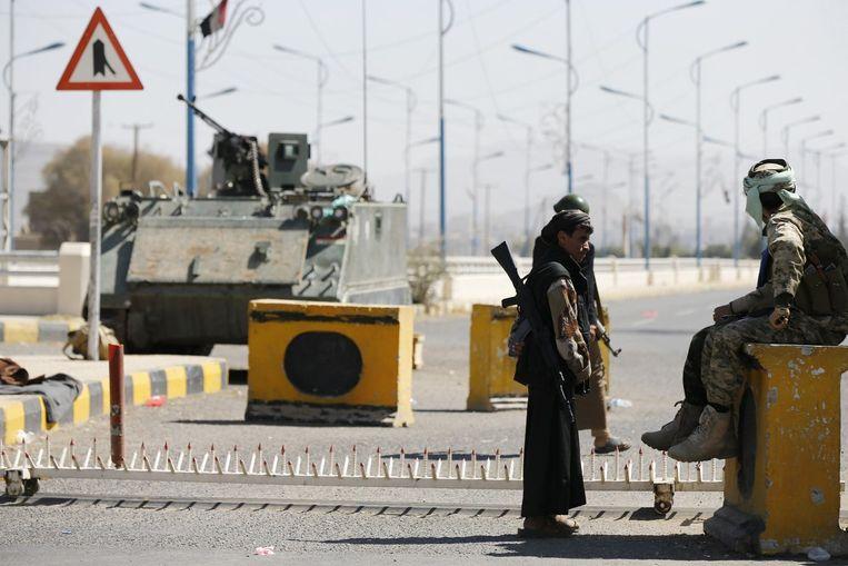 Houthi's patrouilleren bij de ingang van het presidentiële paleis. Beeld reuters
